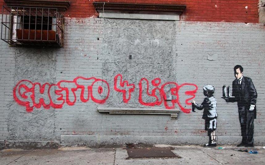 12. Чтобы отметить окончание своего пребывания в Нью-Йорке, Бэнкси создал финальную работу, которая высмеивает неискренность некоторых граффити-художников. На рисунке школьник рисует граффити используя баллоны, которые ему подает дворецкий.