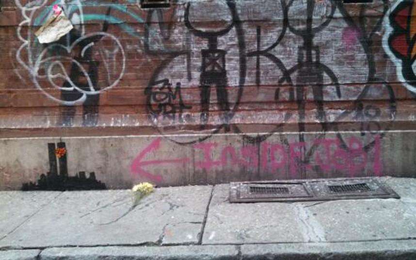 15. После возле граффити были возложены цветы, а также появилась надпись с просьбой не портить работу.