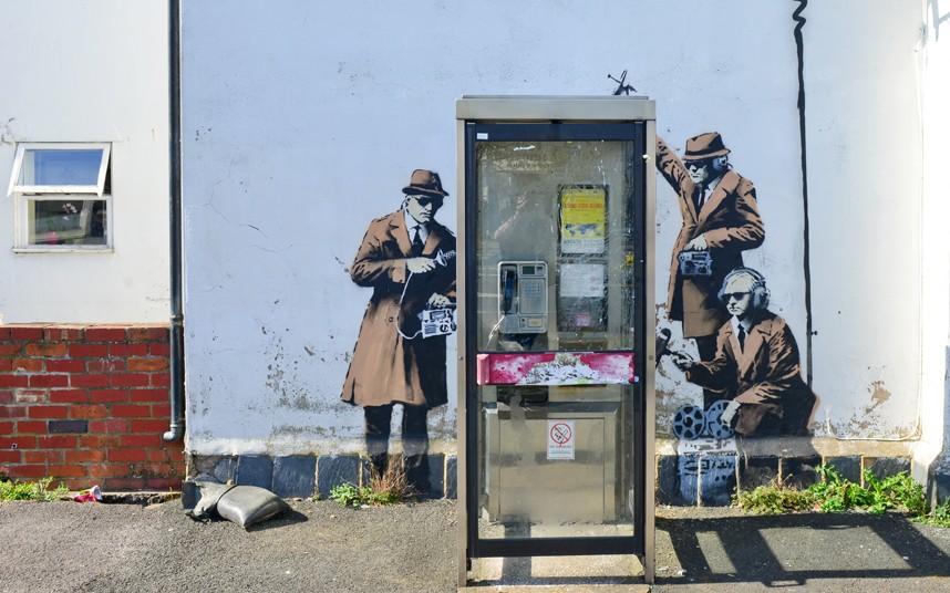 2. Граффити демонстрирует работу спецслужб, прослушивающих телефонные разговоры.