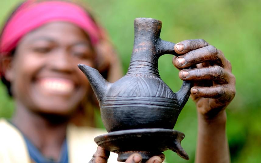 6. Эфиопия является родиной кофе и даже сейчас там актуальна поговорка «Buna dabo naw», что означает «Кофе наш хлеб». Кофейная церемония играет важную роль в жизни эфиопов. Женщины часто тратят два-три часа на приготовление кофе, начиная с обжарки, заканчивая церемонией подачи в специальном кувшине джебена.