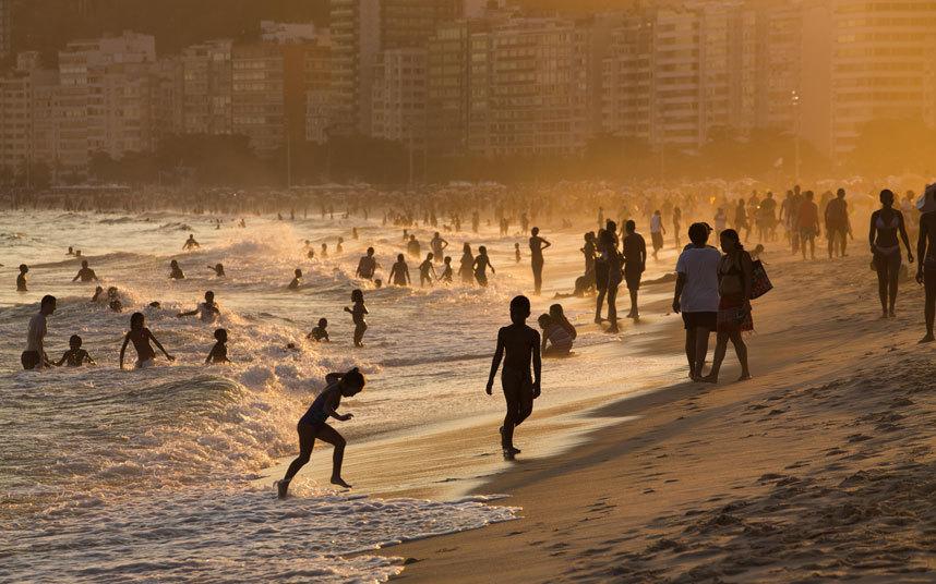 8. Пляж Копакабана, Бразилия. На этом пляже вам не стоит опасаться нападения акул.