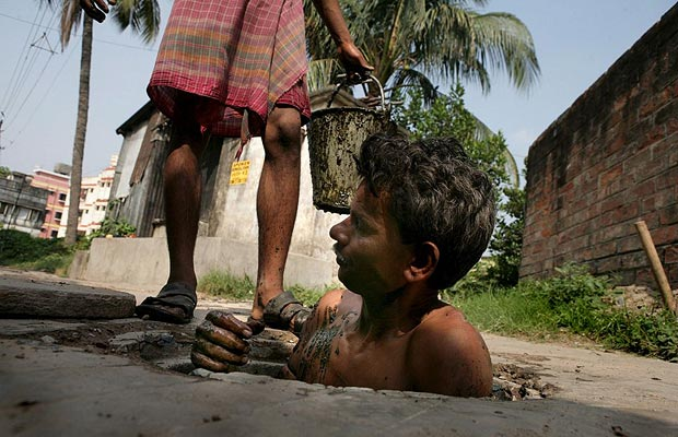2. В отделе санитарии Калькутты работают тысячи таких же как Рамеш людей.