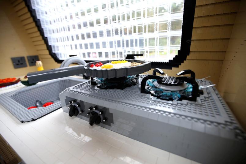 3. Все внутри сделано из кубиков конструктора. Даже плита.