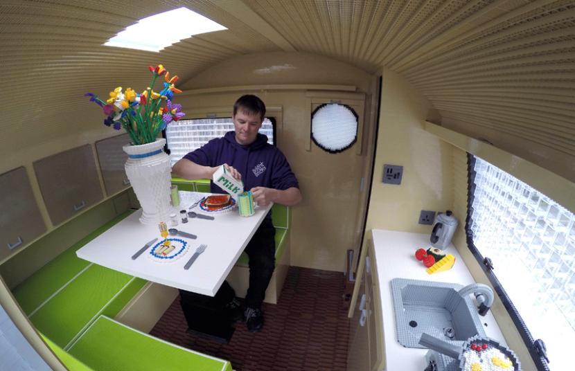 7. Создатель трейлера Эд Димент, наливает себе чашку LEGO-молока.