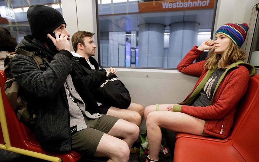 11. Привет мам! Да. Я на поезде. В одних трусах!