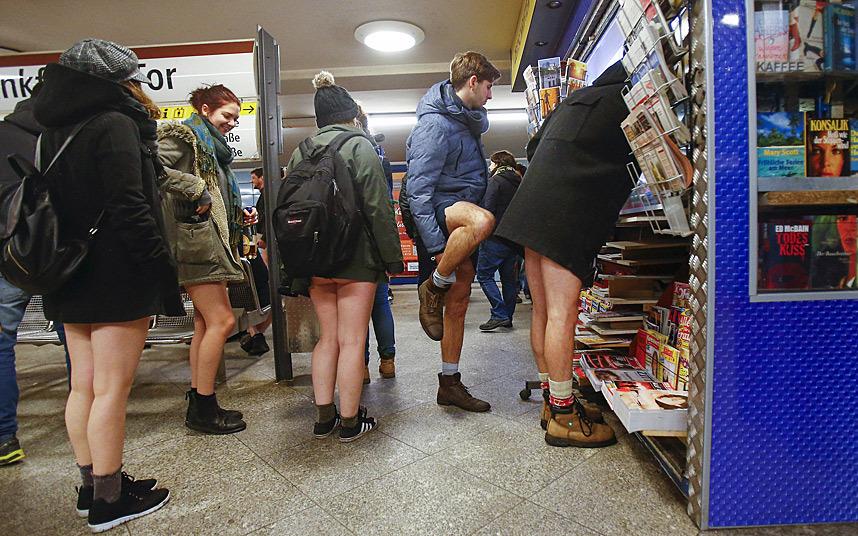 7. Участники флешмоба покупают журналы и газеты, прежде чем спуститься в метро.