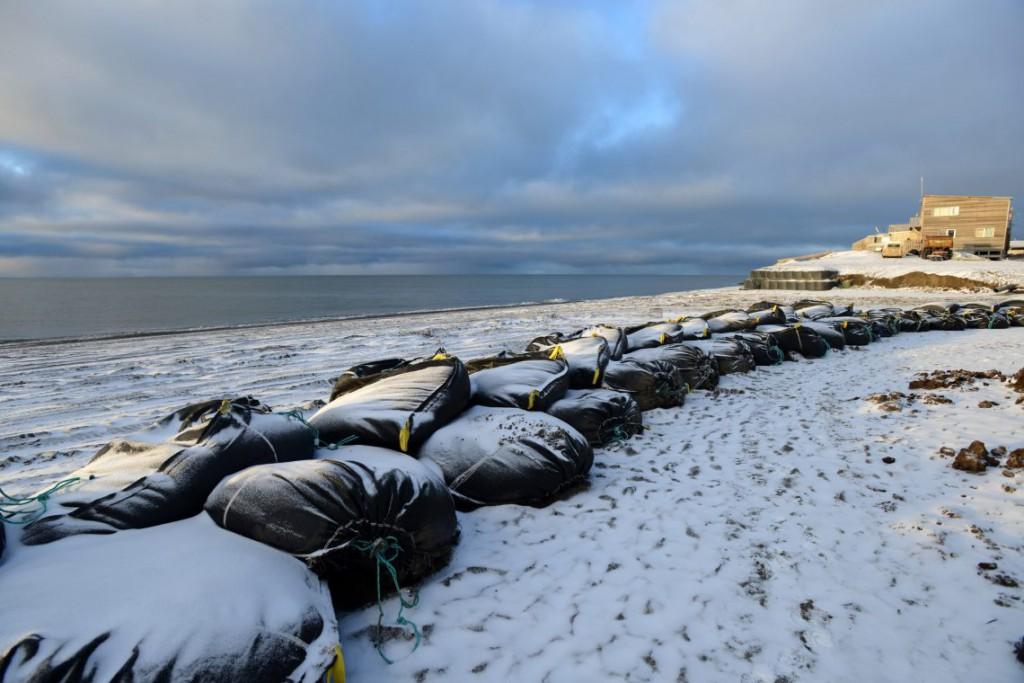 11. Мешки с песком защищают береговую линию вдоль Чукотского моря.