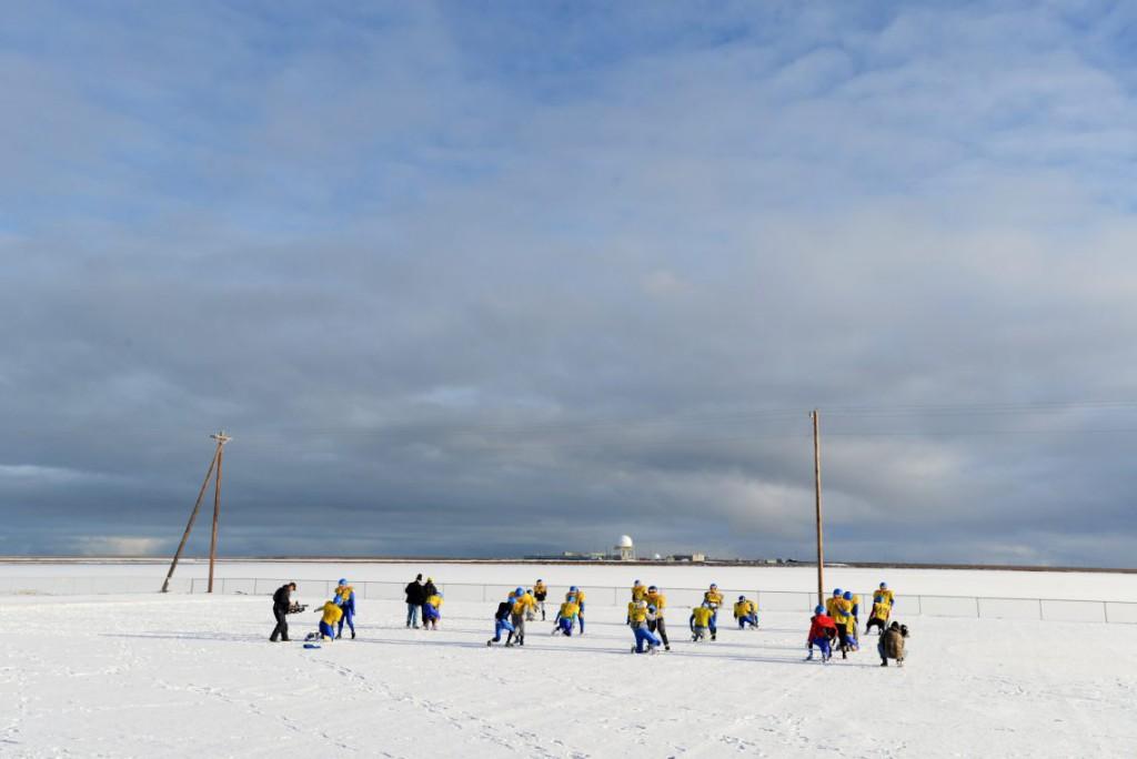18. Выглянуло солнце и школьная футбольная команда решила воспользоваться хорошей погодой.