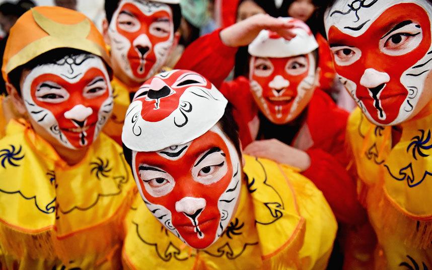 1. Члены китайской общины в Глазго, одетые в традиционные костюмы, отмечают наступление года обезьяны.