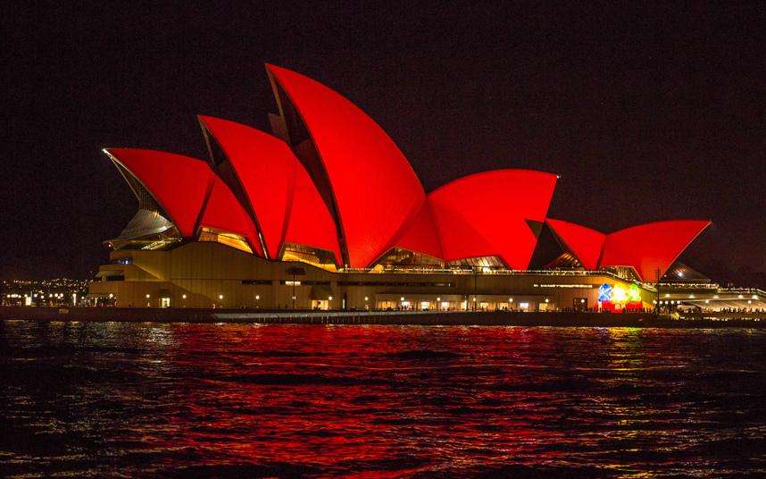 16. Сиднейская опера в Австралии была залита красным светом в честь праздника.