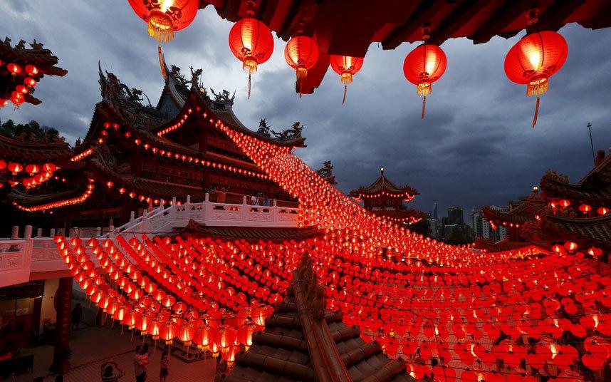 22. В храмах зажигают фонарики.