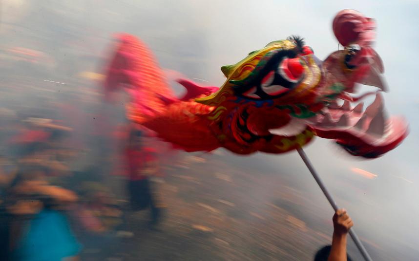 5. Взрывающиеся петарды, львы и драконы на Филиппинах. Атмосферой праздника буквально пропитан воздух.