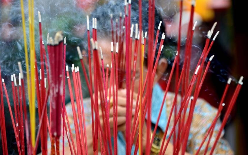 8. Многие люди приходят помолиться в храм в первый день Нового Года.