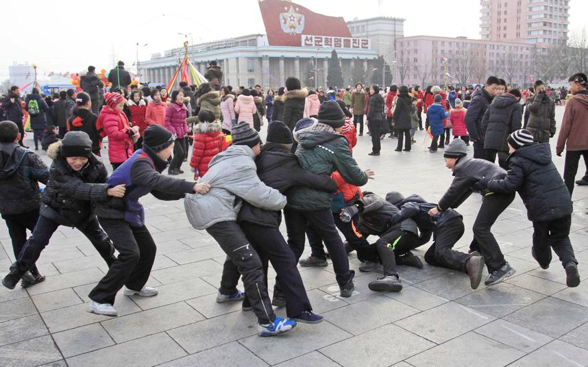 9. Лунный новый год в Северной Корее. Дети играют в игру «поймать за хвост» на площади Ки Ир Сена.