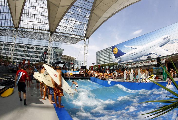 3. Аэропорт Мюнхена. Если вы застряли в этом аэропорту в летнее время, значит вам повезло, ведь в вашем распоряжении может оказаться прекрасный бассейн, который может создавать волны для серфигна. Отличная возможность освоить этот навык. Также на территории аэропорта есть небольшая пивоварня.
