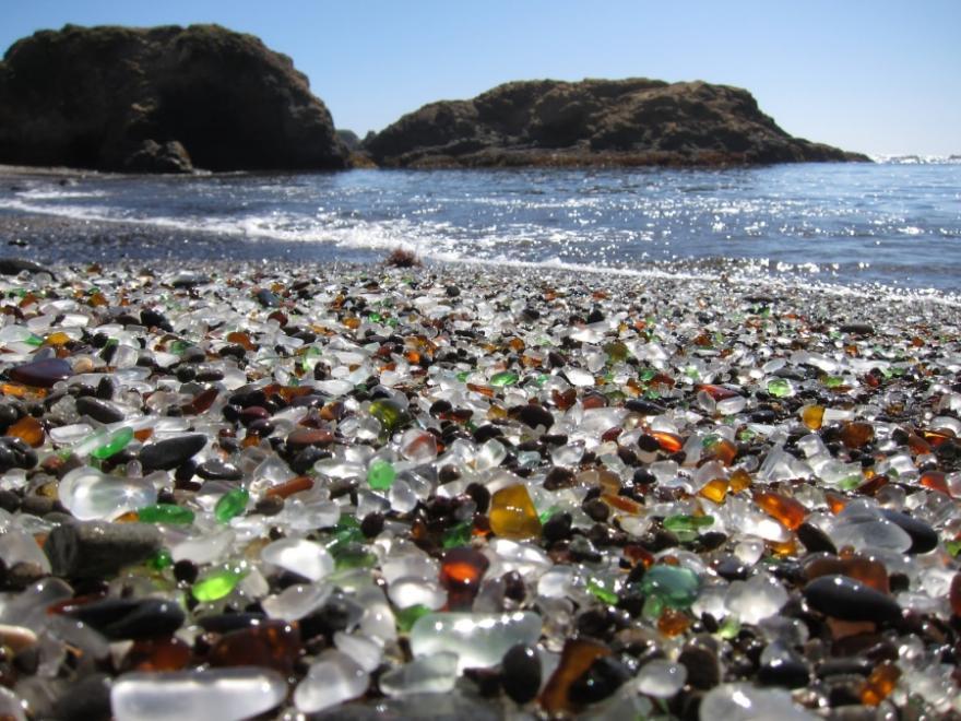 1. Стеклянный пляж в Калифорнии, США.