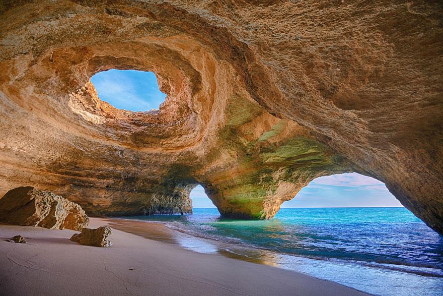 15. Пещерный пляж в Алгарве, Португалия.