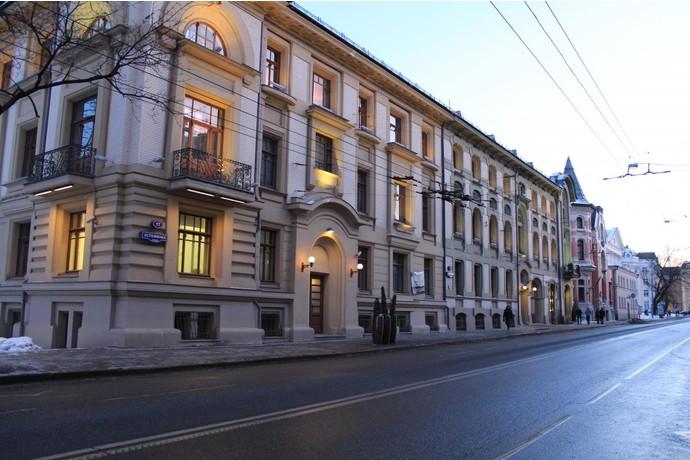 1. Это Остоженка в самом центре Москвы. Именно там, в квартире с видом на Кремль, проживает российский телеведущий Андрей Малахов.