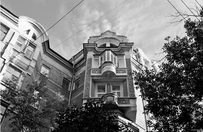 12. Дом на Трехпрудном переулке, где живет Рената Литвинова.
