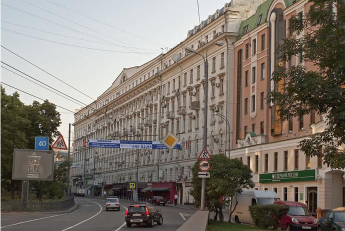 9. Здесь живет певица Алсу (Никитский бульвар). Также певица имеет поместье в Крыму.