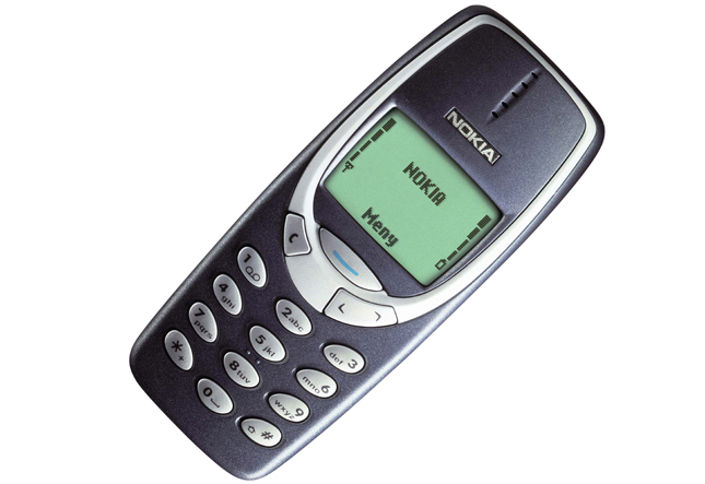10. Легендарная Nokia 3310. Сколько мемов породил этот телефон. Неубиваемый, телефон, который невозможно сломать, телефон, которым можно забивать гвозди и т. д. Телефон – легенда, без всяких преувеличений.