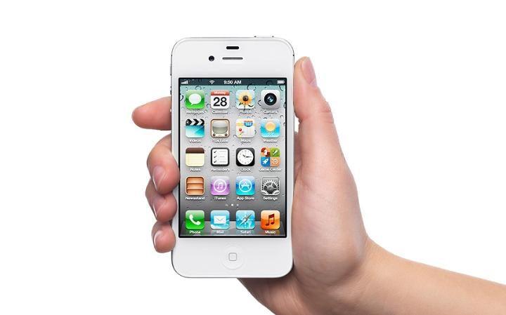 3. Apple iPhone 4s, вышедший в 2011 году и ставший революционным девайсом, которым пользуются до сих пор.