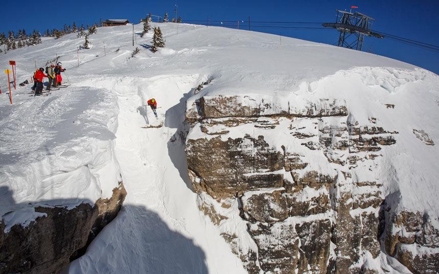 2. Коберт, Джексон. Каждый профессиональный лыжник должен хоть раз пройти эту трассу. Новички на этой трассе долго не решаются на спуск, наблюдая за другими и набираясь смелости. Прыжки, большой угол спуска и препятствия – вот, что ждет вас на этой трассе.