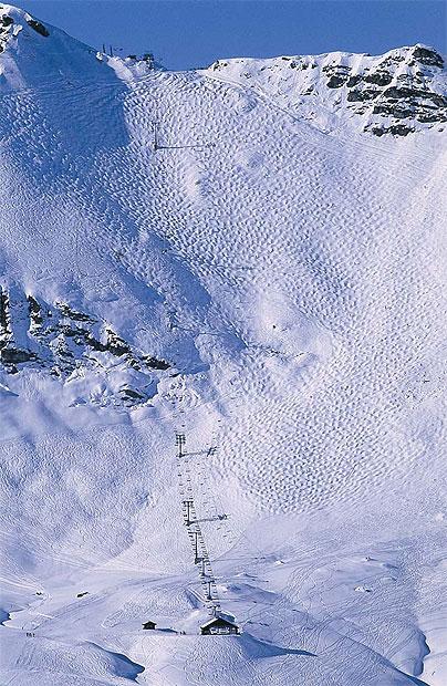 3. La Chavanette, Авориаз.  Эту трассу еще называют «швейцарской стеной» и она вселяет ужас в сердца тех, кто собирается по ней спуститься. «For experts only» - гласят таблички на верху. Новичкам на этой трассе не место и не удивительно. Угол спуска настолько крутой, что некоторым лыжникам требуется время, чтобы решиться.