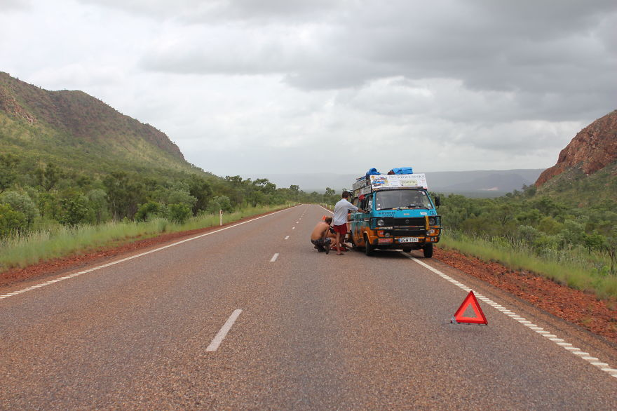 21. «Наш старый фургон часто ломался, но мы научились ремонтировать его самостоятельно».