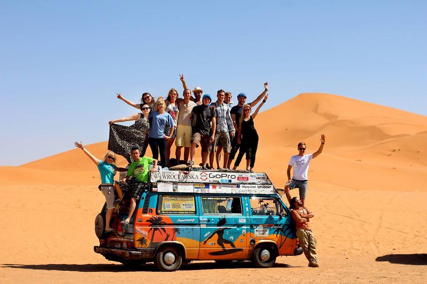 25. «Читатели нашего блога, а также случайные встречные путешествовали с нами и разделяли наши расходы на бензин».