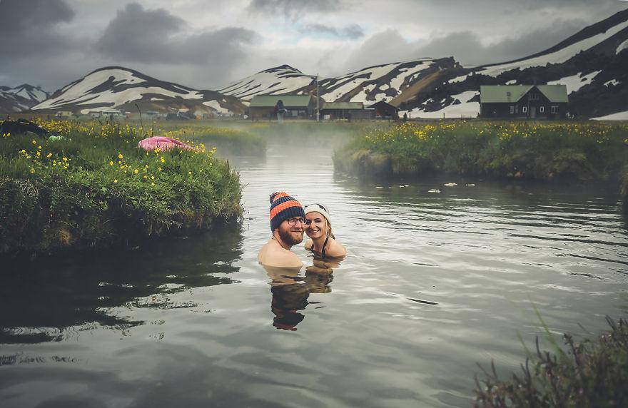 7. «Мы купались в горячих источниках в Исландии».
