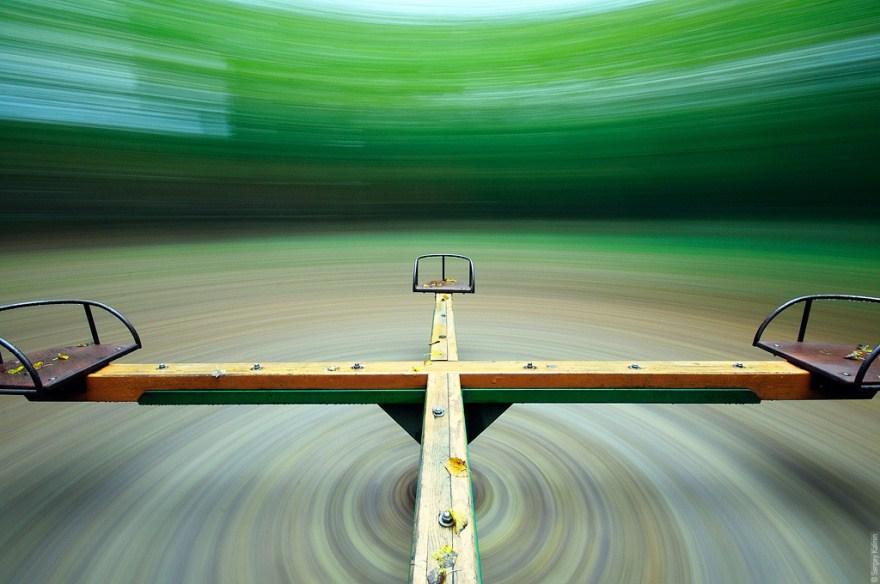 16. Сюрреалистичное фото карусели, сделанное на длинной выдержке.