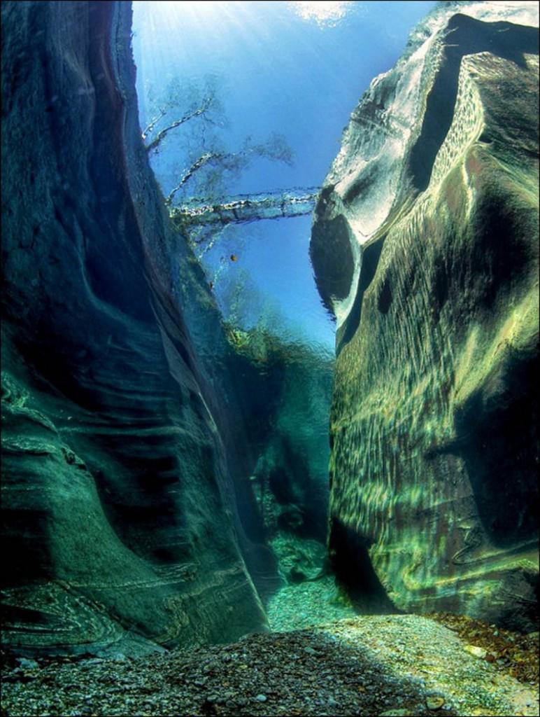 3. Река Верзаска, Швейцария. Сквозь ее кристально чистую воду легко можно рассмотреть дно.