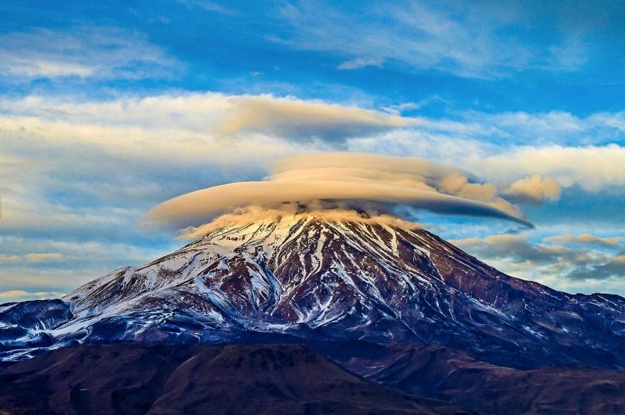 6. Линзовидные облака над горой Демавенд.