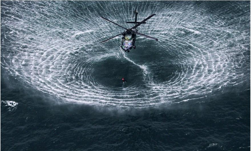 8. Вертолет над поверхностью воды.