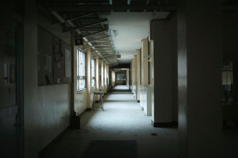 2. Пустой коридор школы, которая оказалась в эпицентре заражения.
