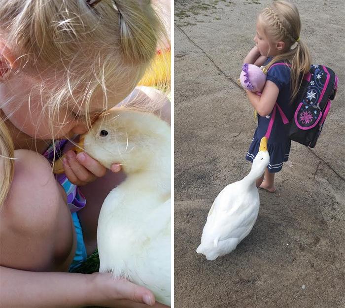 6. Она встречает свою «маму», когда та возвращается со школы.