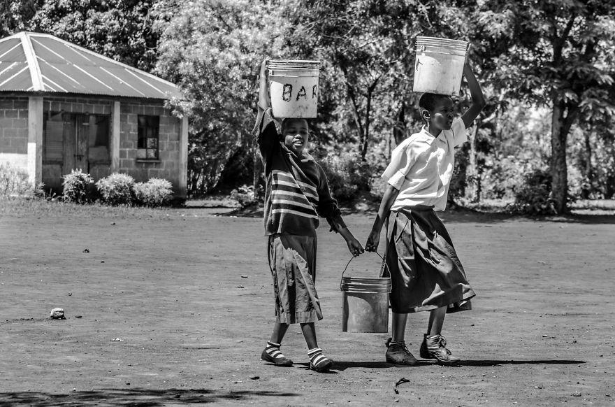 15. Эти дети живут бок о бок с нуждой и бедность.
