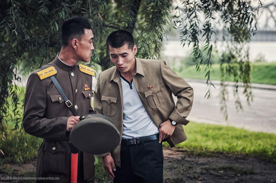 1. В Пхеньяне буквально на каждом шагу вы встречаете военных.