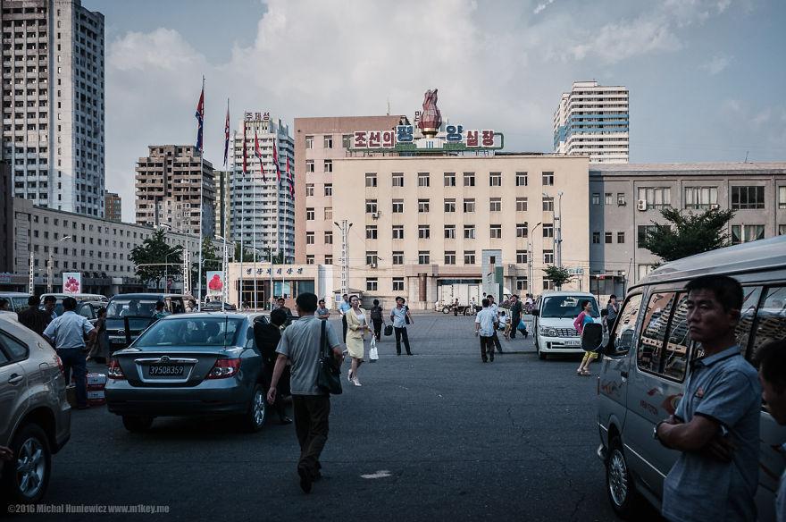 10. «В Пхеньяне к нам прикрепили гидов, которые действовали как надзиратели, не оставляя нас ни на минуту. Мы засыпали и просыпались под диктовку гидов».
