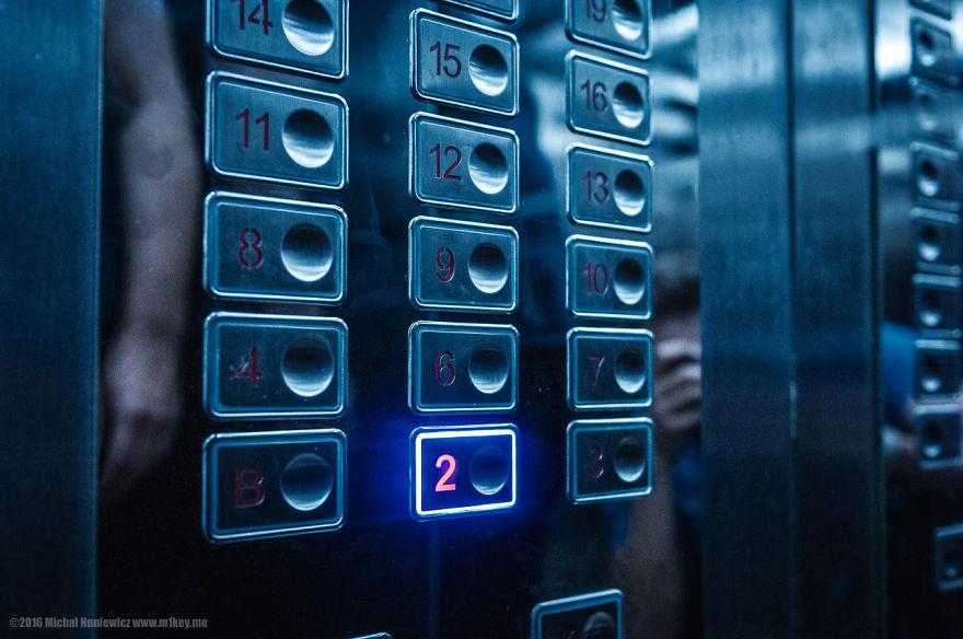 14. Любопытная особенность. Отель официально не имеет пятого этажа. Попасть на него можно только по лестнице. Дверь почти всегда заперта, но если вы туда попадете, то увидите множество пропагандистских плакатов.