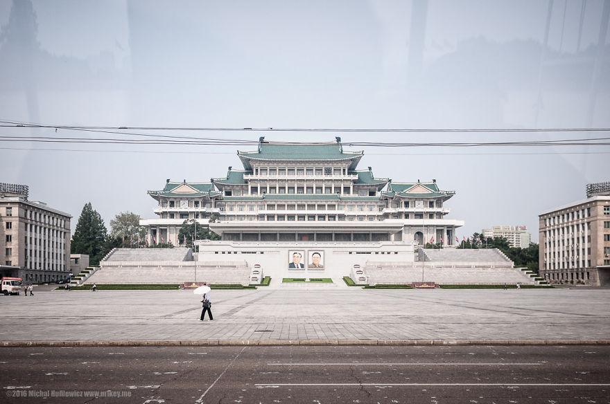 16. Площадь Ким Ир Сена. Площадь официально разрешается фотографировать.