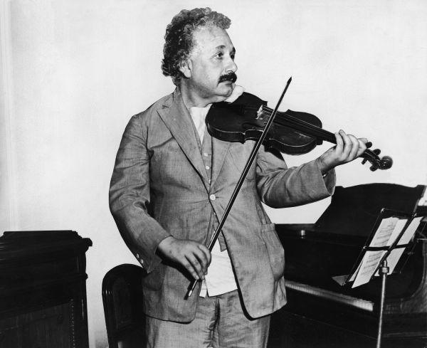 18. Наука не была единственной страстью Альберта Эйнштейна. Ученый никогда не расставался со своей скрипкой и всегда брал ее с собой в путешествия.