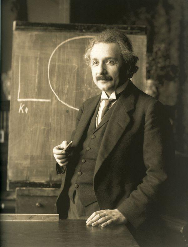 9. Вместо лабораторных опытов, к самым большим открытиям Эйнштейн пришел благодаря визуализации в своих мыслях. Он называл это мысленным экспериментом. Теория относительности – тоже результат мысленного эксперимента.