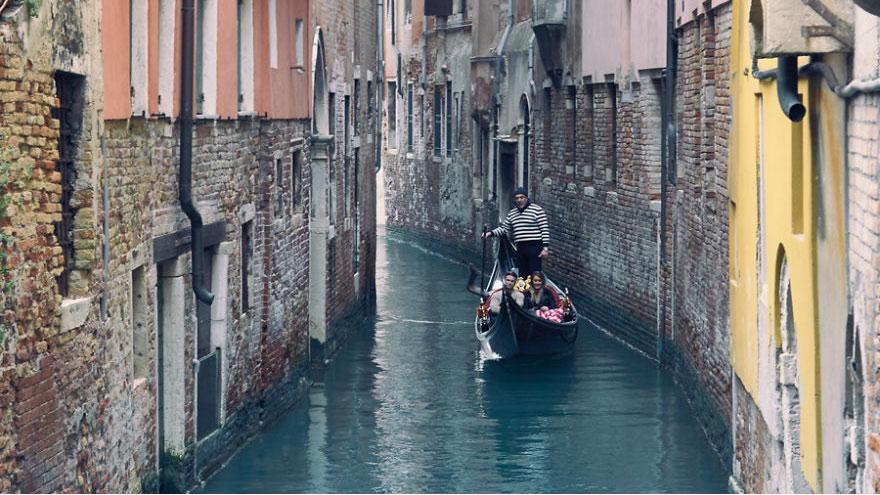 15. Безмятежное путешествие на гондоле в Венеции – ожидание.