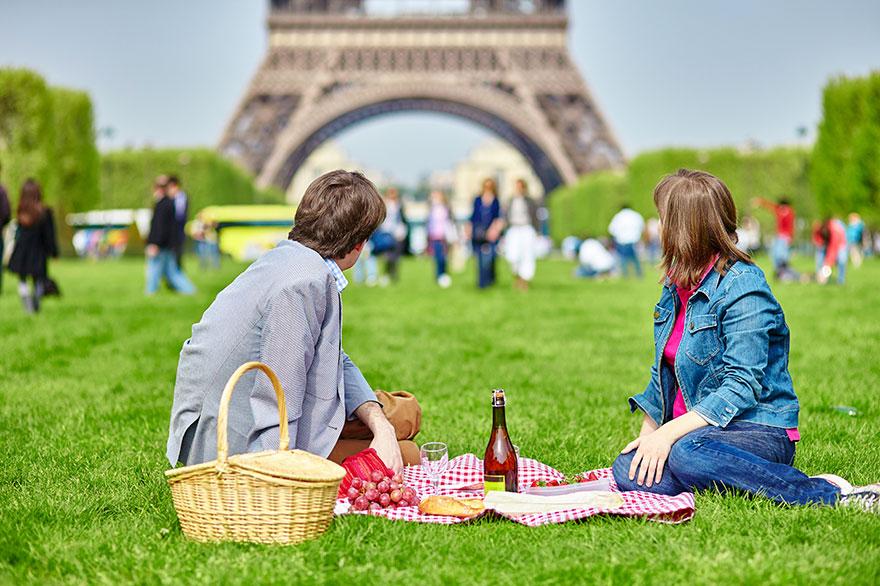 7. Пикник рядом с Эйфелевой башней – ожидание.
