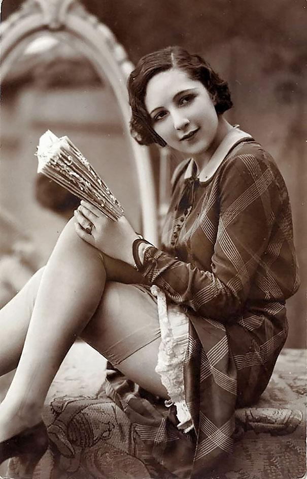 12. Девушка с книгой.