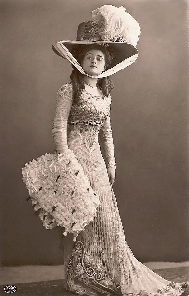 30. Дама с большой шляпой.