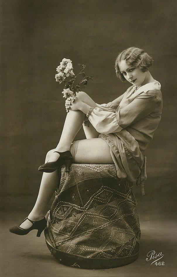 36. Девушка с цветами.