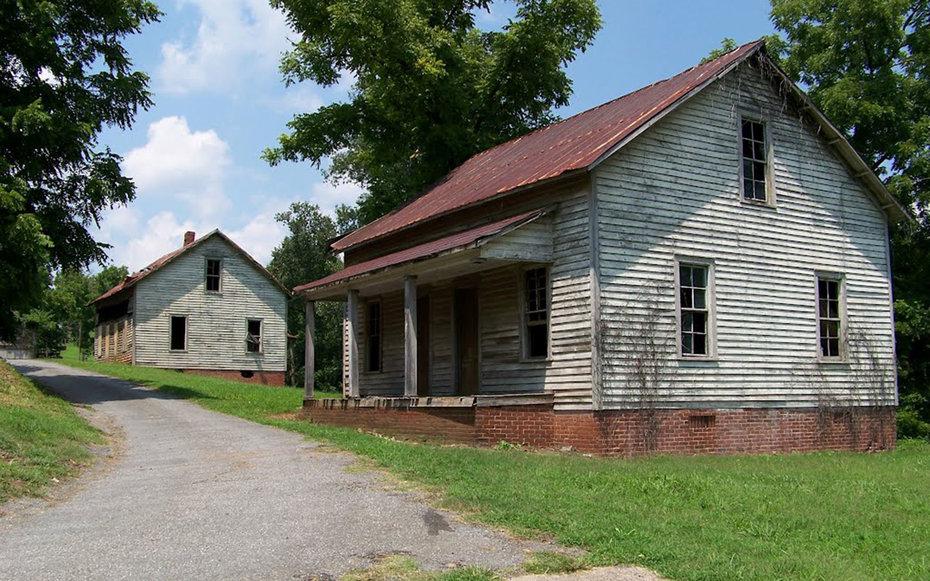 3. «Голодные игры», Дистрикт 12 – деревня Henry River Mill Village, Северная Каролина, США.